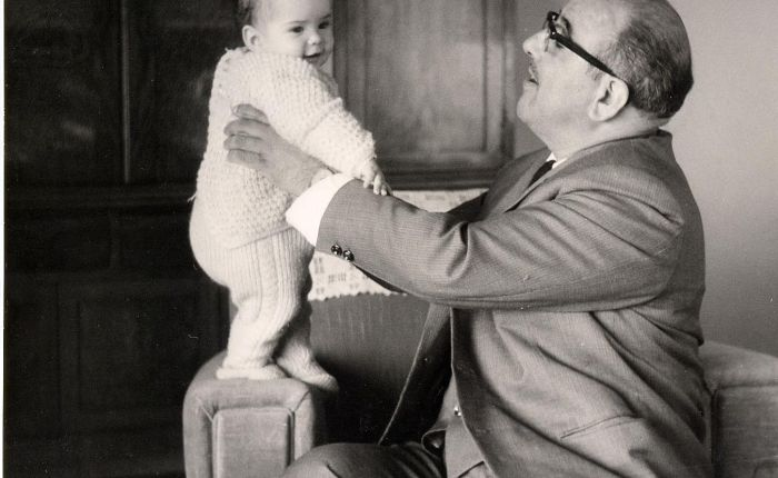 Cincuenta es un infinito que se hace corto (En esta fotografía mi abuelo tenía la misma edad que yo he cumplido hoy, 50 años, se murió dos o tres meses después, y siempre ha sido para mí un granreferente).